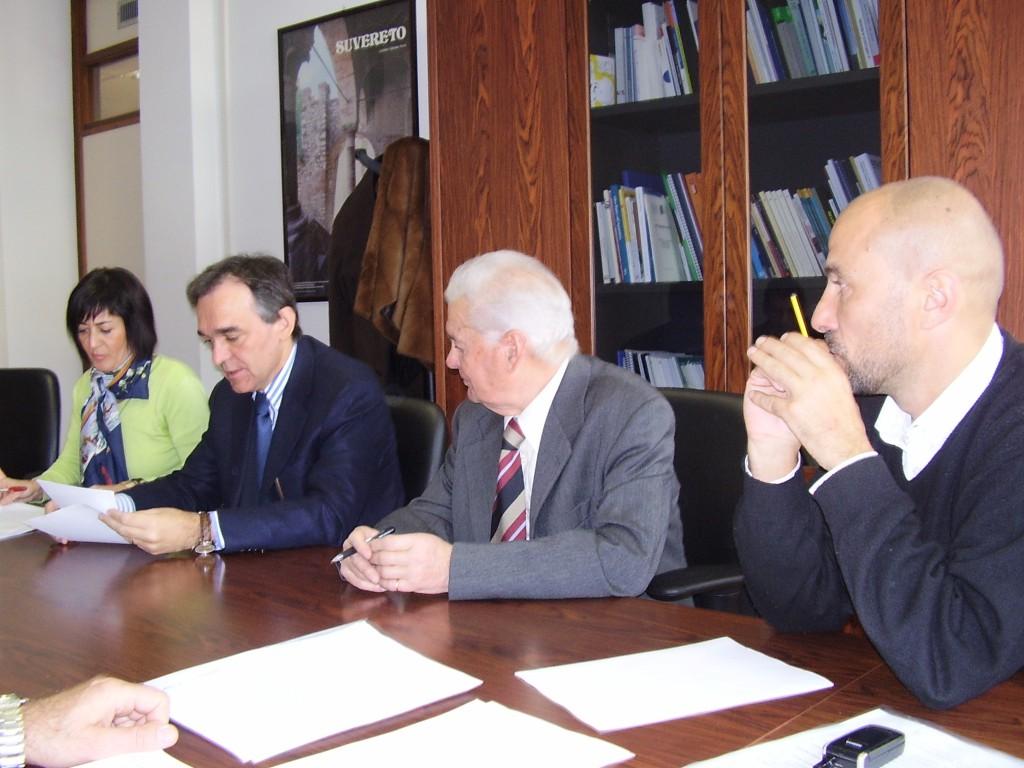 12 Novembre 2007: Firma del protocollo d'intesa per la costruzione della stazione di radioterapia del Valdarno. Da sinistra: il Direttore ASL 8 Dott.ssa Monica Calamai, l'Assessore alla Sanità della Regione Toscana, Enrico Rossi, il Presidente del Calcit Valdarno Avv. Leo Failli, il Presidente della Conferenza dei Sindaci del Valdarno Sauro Testi.