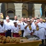 """Domenica 25 Ottobre 2015 in Piazza Varchi a Montevarchi (AR) si è svolta una """"Arrostata"""" a cura dei Macellai del Valdarno a sostegno del C.A.L.C.I.T. Valdarno."""
